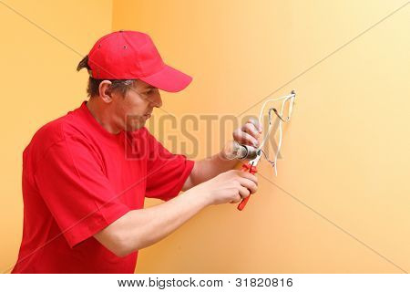 The electrician establishes a bulb