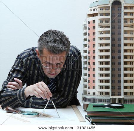 Architekt mit einem Steckbrett Modell eines Gebäudes