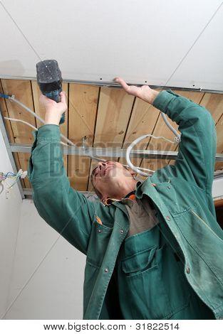 The builder builds walls of gypsum cardboard