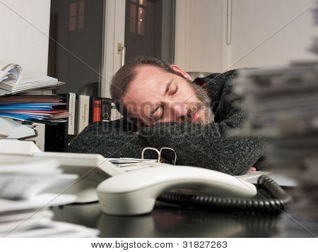 Kaufmann arbeitet in der Nacht