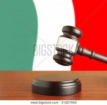 Martillo y bandera de Italia
