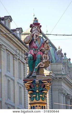 Famosa fonte e estátua de ogro comendo crianças pequenas em Berna, Suíça
