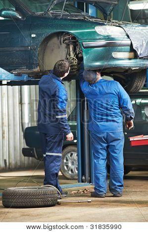 两个电机机械诊断汽车轿车悬架前维修站维修服务