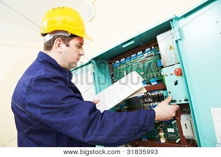 Construtor de um eletricista no trabalho com desenho inspecionando di de linha elétrica de alimentação de alta tensão de montagem