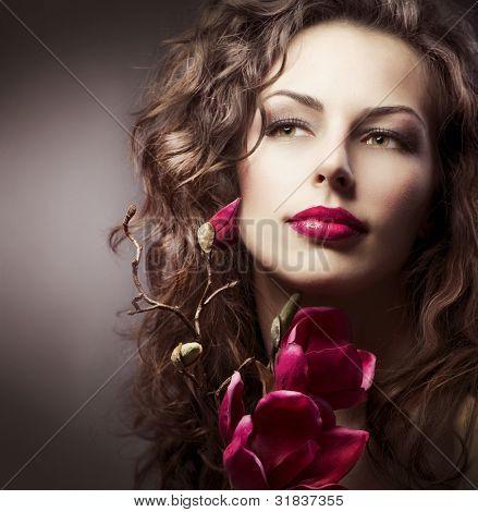 Frau mit Magnolia Frühlingsblumen gestalten. Sepia toned