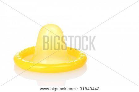 Condón amarillo aislado en blanco