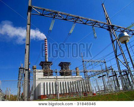 Wärmekraftwerk und Hochspannungs-Gitter