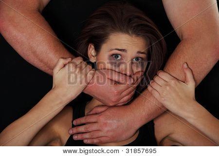 Retrato emocional de mujer abusada aislada en negro