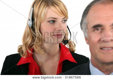 Atraente secretária atrás do seu patrao