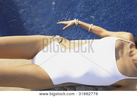 Frau liegen am Rand der Hotel-pool