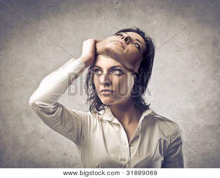 Jovem mulher colocando uma máscara