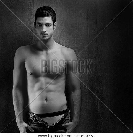 schwarz und weiß sexy junge Jeans Hemd Mann auf retro Grunge hintergrund