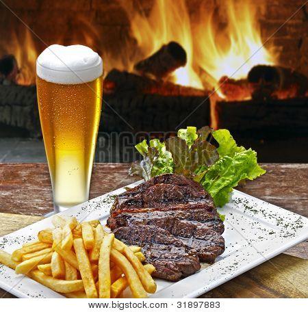 Bier mit Roastbeef und Kartoffeln