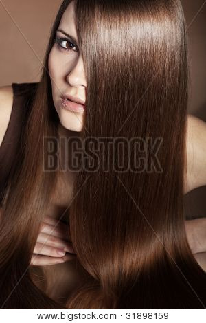 Portrait of young beautiful Woman mit lange glänzende Haare