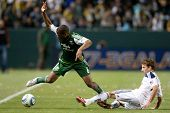 Carson, ca. 23. April: Los Angeles Galaxie f Mike Magee # 18 & Portland Timbers m Darlington Nagbe # 6