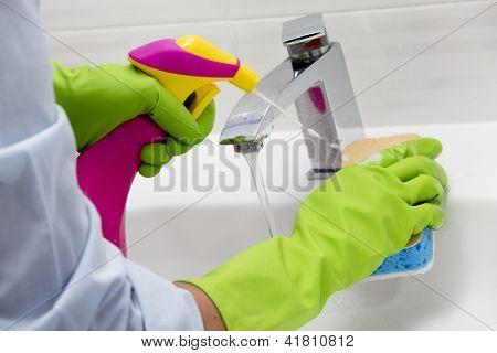 -Lavabo con detergente en spray - tareas domésticas, limpieza de primavera concepto de limpieza