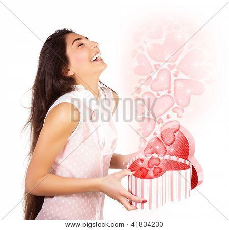 Foto de mulher bonita abriu a caixa de presente, feminino bonito em mãos Abra o iso de presente em forma de coração