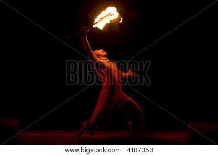Bailarina hawaiana de fuego