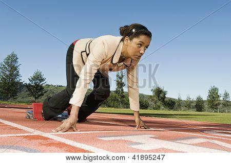 Comprimento total de uma mulher prestes a esgotar-se na pista de corrida
