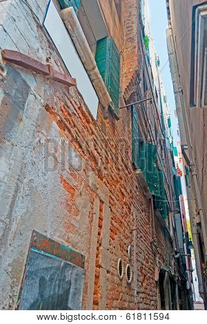 Very Narros Street