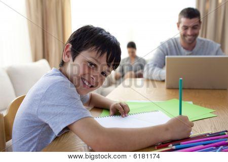 junge Malerei und Vater mit einem Laptop und Mutter lesen