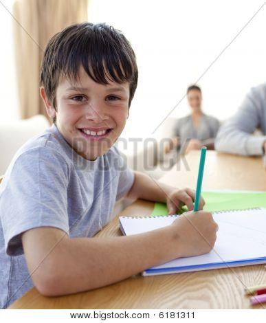 Boy painting mit bunten Farben zu Hause