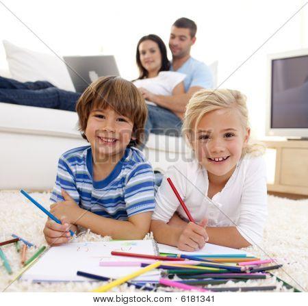 lächelnd Bruder und Schwester Malerei im Wohnzimmer