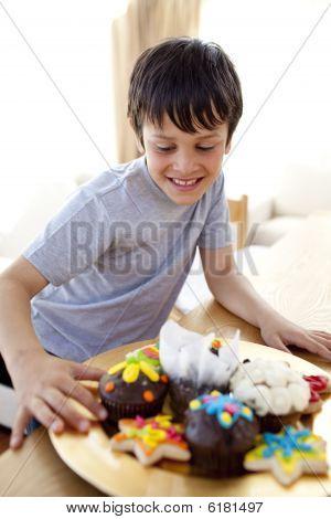 Niño feliz mirando de confitería
