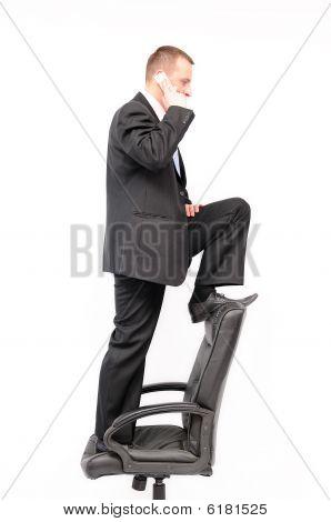 Homem de pé na cadeira