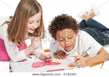 Interracial Kinder zeichnen zusammen, isoliert auf weiss Zwillingsvulkane