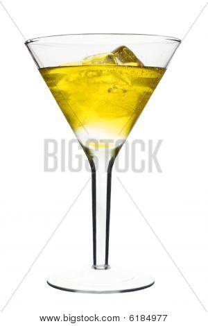 Amarillo cóctel alcohólico en Copa de Martini con hielo aislado sobre fondo blanco