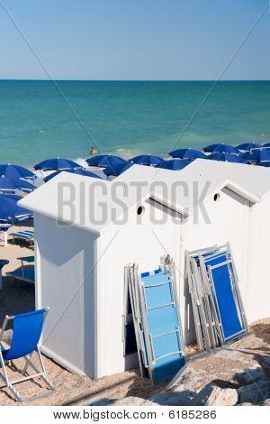 Strand met ligstoelen