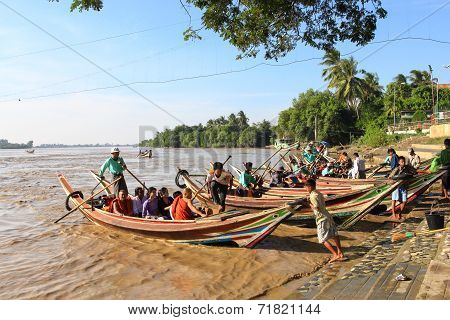 Yangon, Myanmar - Dec 16, 2012: Burmese Go To Yelena Paya Pagoda By Boat.