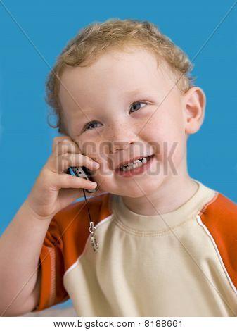 Boy Gespräche über ein Mobiltelefon