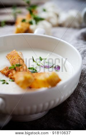 Creamy cauliflower soup with toasted bread
