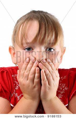 Pequeña chica sosteniendo su boca aislado en blanco