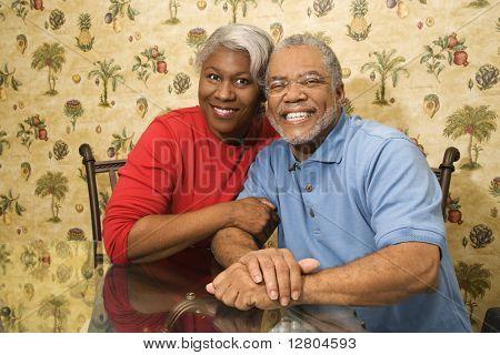 Porträt des Reifen Afroamerikaner paar umarmen und lächelnd auf Betrachter.