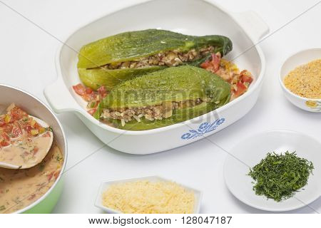 Stuffing cucumbers preparation : Stuffing cucumber into a baking dish, sauce and cheese