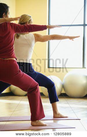 Caucasian erstklassige adulte Weibchen in Yoga-Klasse.