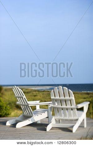 Adirondack Stühle auf Deck mit Blick auf den Strand auf Bald Head Island (North Carolina).  * Web-Nutzung