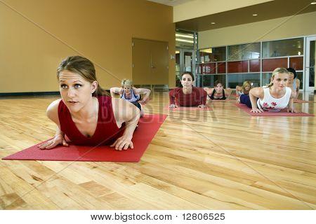 Prime adultos mujeres blancas en clase de yoga.