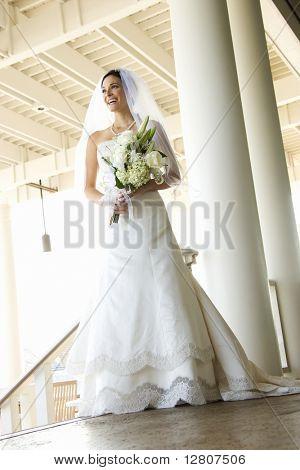 Porträt des Kaukasischen Mitte adult Bride lächelnd.