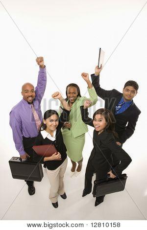 Porträt des multiethnischen Unternehmensgruppe ständigen Betrieb Aktentaschen und jubeln.