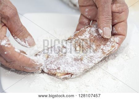Cordon bleu preparation : Breading a cordon bleu - adding flour
