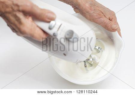 Meringues preparation : Whisking egg whites snow