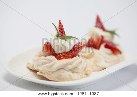 Meringues preparation : Meringues filled with strawberries and cream