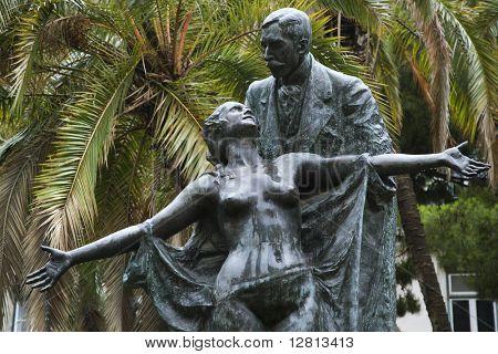 Estatua del novelista Eca de Queiros con Musa femenina en Lisboa, Portugal.