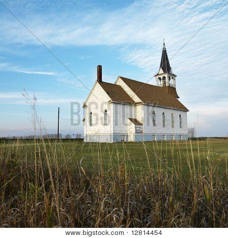 Kleine ländliche Kirche Feld mit gesäumt Holz Abstellgleis.