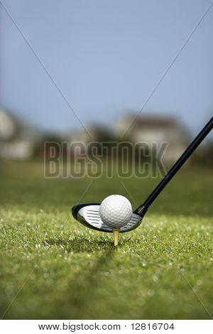 Imagen de pelota de golf en tee golf club detrás de la bola.