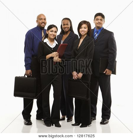 Grupo empresarial multiétnica de hombres y mujeres con maletines mirando al espectador.
